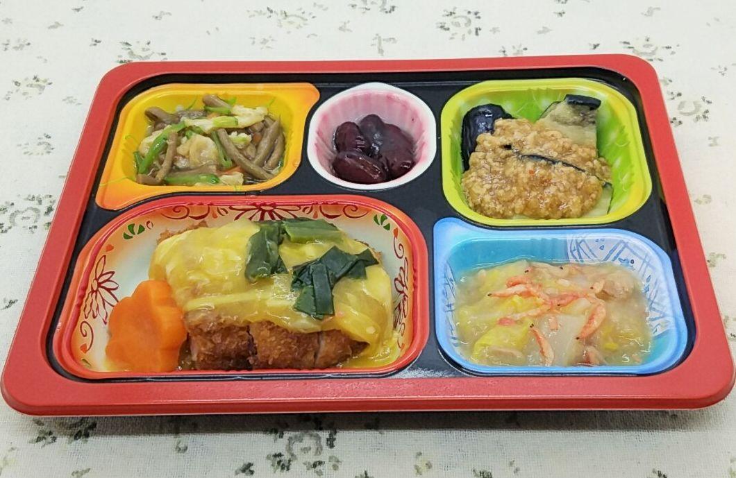 食宅便のメニュー・塩分ケアコースE「やわらかミルフィーユ豚カツの卵とじ」