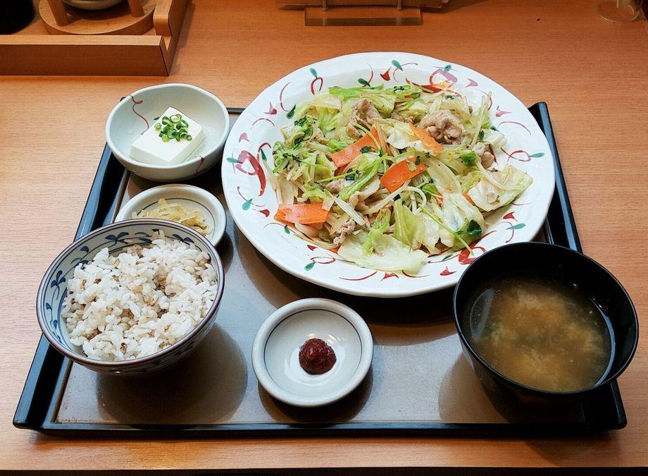 やよい軒「たっぷり野菜の肉野菜炒め定食」+「もち麦ごはん変更」